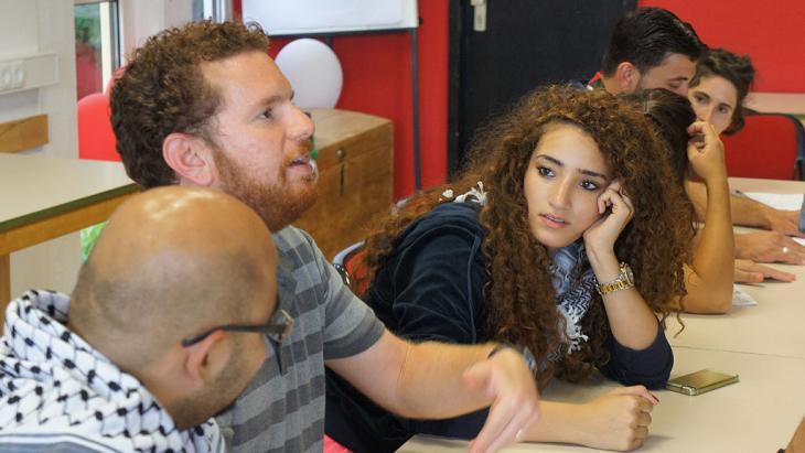 Teilnehmer im Gespräch miteinander; Foto: KfGD