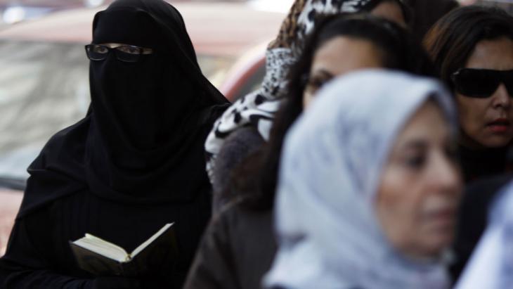 Ägypterin mit Niqab liest den Koran; Foto: Reuters