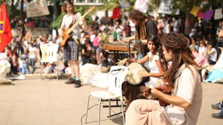 """""""Light in Babylon"""" während eines Konzerts im Gezi-Park in Istanbul; Quelle: 1. Gezi Soul Festival 2014"""