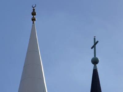 Symbolbild interreligiöser Dialog: Kirchturm und Minarett; Foto: dpa