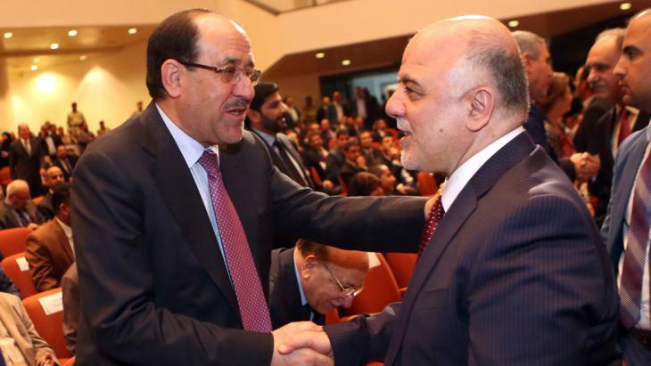 Nuri al-Maliki (l.) gratuliert Haidar al-Abadi, dem neuen irakischen Ministerpräsidenten, in Bagdad; Foto: Reuters/Hadi Mizban