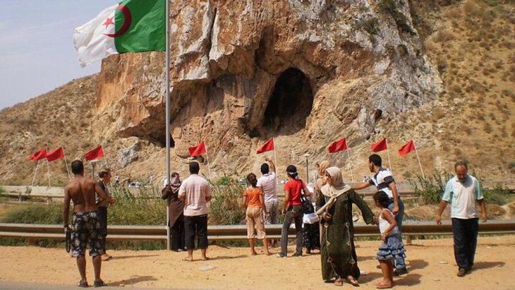 Menschen an einem der marokkanisch-algerischen Grenzabschnitte; Foto: DW