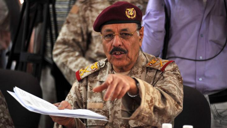 General-Ali-Muhsin-bei-Gespräch-mit-arabischen-u-ausländischen-Botschaftern-über-Lage-im-Jemen-18.dez.2011_picture-alliance_dpa
