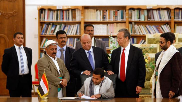 Unterzeichnung des Friedensvertrages durch Hussein al-Ezzi (Mitte) mit dem UN-Sonderbeauftragtem Jamal Benomar (2.v.r.) am 21. September 2014; Foto: Reuters/M.al-Sayaghi