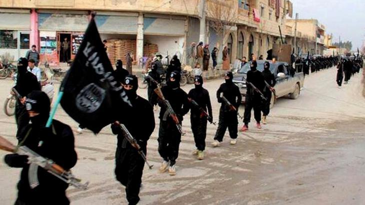 IS-Miliz im syrischen Raqqa; Foto: picture-alliance/AP