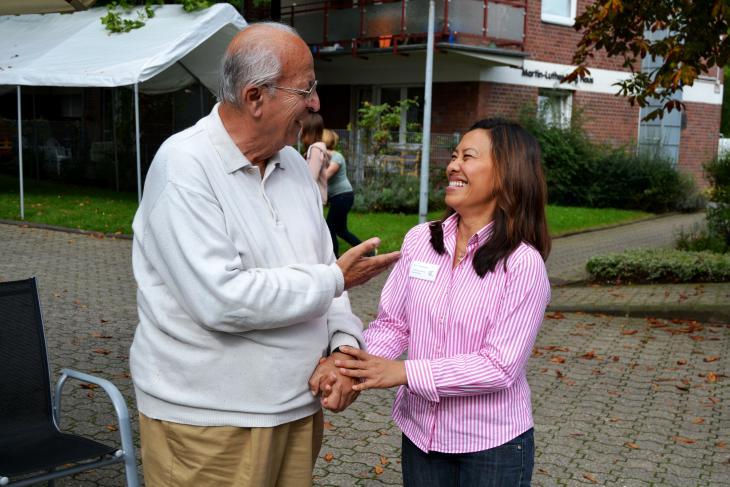 Dr. Davud Moschiri und Hausleiterin Narumon Phokphoon; Foto: Annalena Junggeburth