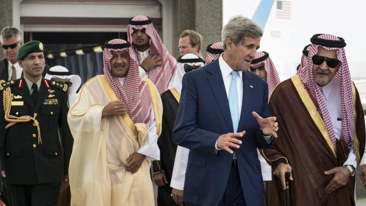 John Kerry und Saudi-Arabiens Außenminister Abdul Aziz al-Saud; Foto: AFP/Getty images/Brendon Lamarque)