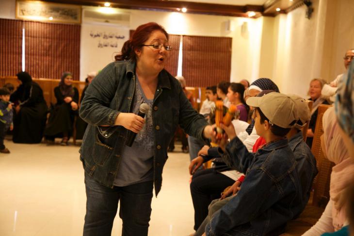 Dima Orsho während eines Workshops für syrische Flüchtlingskinder, das von Terre des Hommes organisiert wurde; Foto: Michael Dreyer