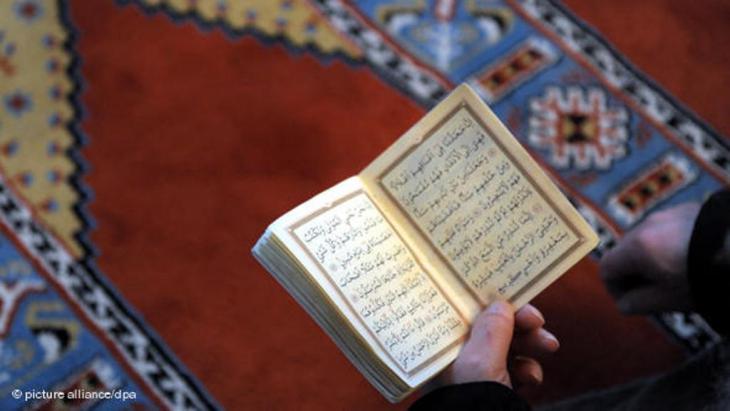 Muslim liest im Koran; Foto: picture alliance/dpa