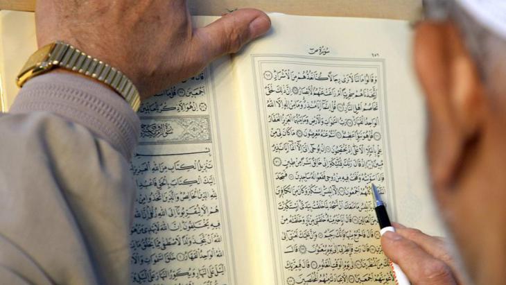Mann liest im Koran; Foto: picture-alliance/ dpa