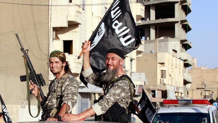 IS-Kämpfer in der syrischen Provinz Al-Raqqa; Foto: picture-alliance/AP