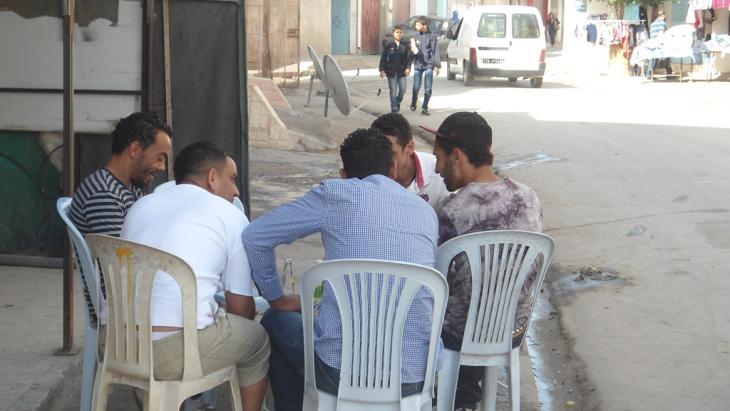 Arbeitslose Jugendliche in Tunesien; Foto: DW/G.Tarak