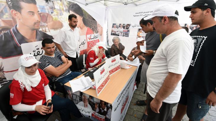 Registrierung zur Parlaments- und Präsidentschaftswahl in Tunesien; Foto: Fethi Belaid/AFP/Getty Images