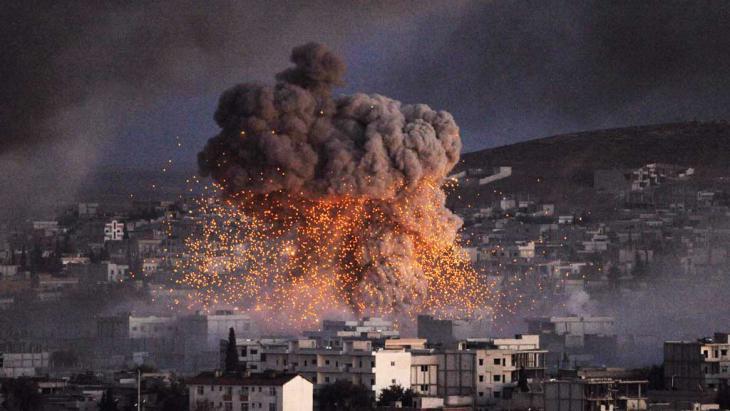 Explosion in der Stadt Kobane nach einem Selbstmordattentat durch einen IS-Anhänger am 20. Oktober 2014; Foto: Getty Images