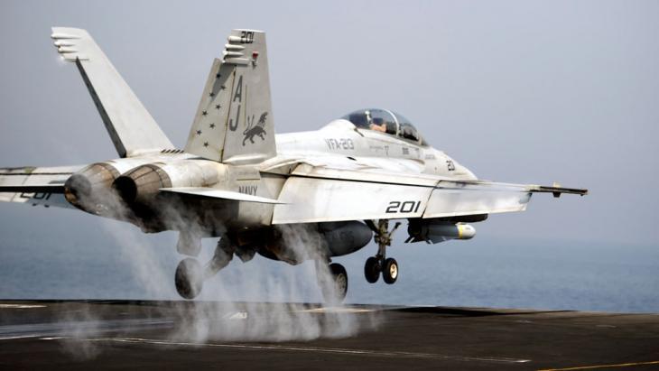 US-Kampfjet F/A-18 Hornet auf dem US-Flugzeugträger USS George H.W. Bush im Persischen Golf; Foto: picture-alliance/dpa