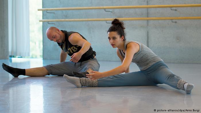 Cyrine Mariem Haj Sassi mit dem Tanzpädagogen Matthias Markstein bei den Proben; Foto: picture-alliance/dpa/Arno Burgi