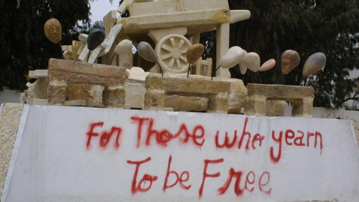 Skulptur Selbstverbrennung Mohammed Bouzizi in Sidi Bouzid; Foto: Reese Erlich