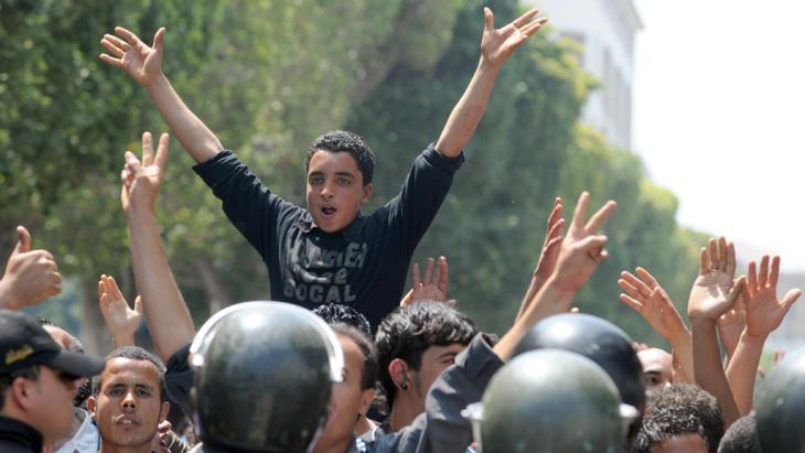 Jugendliche demonstrieren im Zentrum von Tunis gegen die Ben-Ali-Diktatur; Foto: AFP/FETHI BELAID