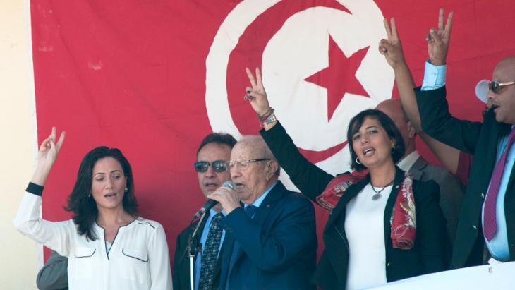 Beji Caid Essebsi: Gründer und Präsident der Partei Nidaa Tounes zusammen mit den Kandidaten des Wahlkreis Ben Arous bei einem Meeting in Hammam Lif; Foto: Sarah Mersch