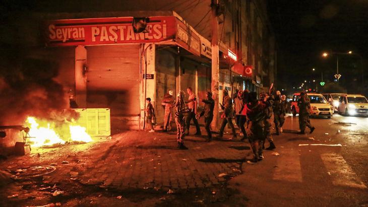 Kurden protestieren am 7. Oktober 2014 gegen die türkische Regierung in Diyarbakir; Foto: Getty Images/Ilyas Akengin