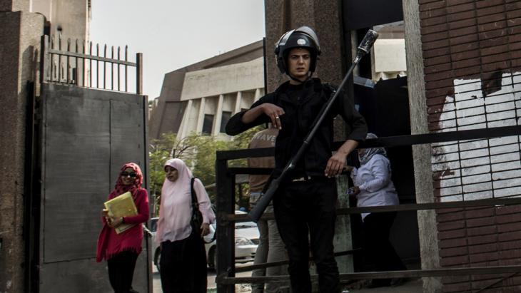 Anti-Aufstandseinheiten am Eingang der Al-Azhar-Universität; Foto: Getty Images/AFP/Khaled Desouki