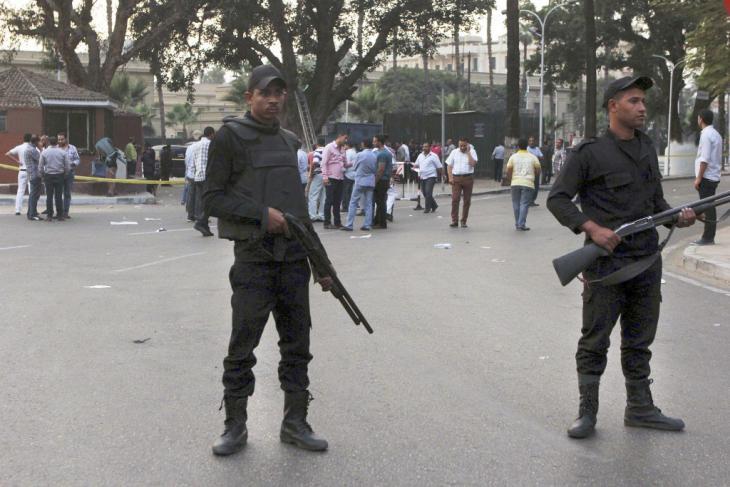Ägyptische Sicherheitskräfte vor der Uni Kairo nach einem Bombenanschlag im Oktober 2014; Foto: AP/Mohammed Abu Zaid