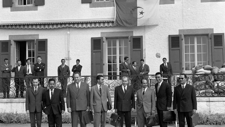 Die algerische Delegation der Algerienkonferenz zwischen Algerien und Frankreich in Evian 1961. Von links nach rechts: Mohamed ben Yahia, Saad Dahlab, Ahmed Boumendjel, Ali Mendjel, Ahmed Francis, Belkacem Krim (Chef der Delegation), Taieb Boulahrouf und Kommandant Slimane; Foto: KEYSTONE/PHOTOPRESS-ARCHIV/Str