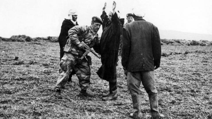 Eine französische Patrouille durchsucht am 21.01.1958 in der Nähe von Duvivier (Algerien) verdächtige Personen nach Waffen; Foto: picture-alliance