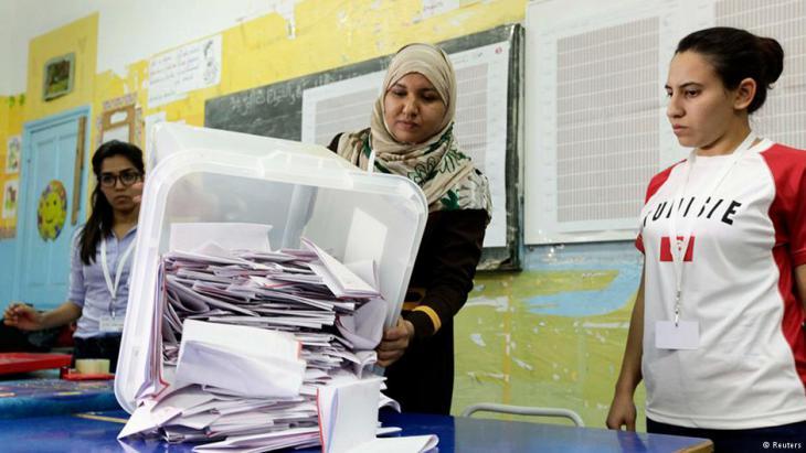 Auszählung der Stimmen in einem Wahllokal in Tunis; Foto: dpa