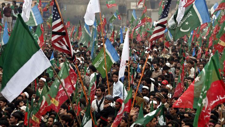 Demonstration von Anhängern der Tehrik-e-Insaf (PTI) Imrarn Khans am 23. November 2013 in Peschawar; Foto: dpa/picture-alliance