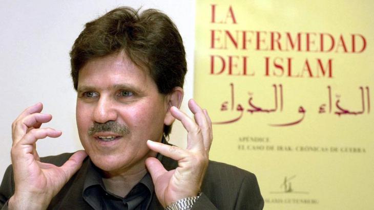 """Abdelwahab Meddeb präsentiert am 15.5.2003 in Madrid die spanische Übersetzung seines Buches """"Die Krankheit des Islam""""; Foto: picture-alliance/dpa"""