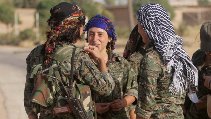 Frauen der YPJ in den Außenbezirken von Qamishli; Foto: Reuters/Rodi Said