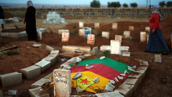 Grab eines in Kobane getöteten YPG-Kämpfers in Suruc in der türkischen Provinz Sanliurfa; Foto: Reuters/Kai Pfaffenbach