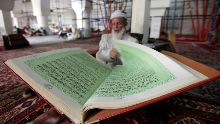 Jemenite studiert Koran in Sanaa; Foto: Reuters