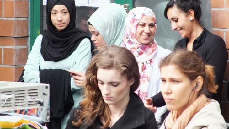 Deutsche Muslime vor der Mevlana-Moschee in Berlin-Kreuzberg; Foto: DW/A. Almakhlafi
