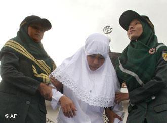 Prügelstrafe für Acehnesin durch die Scharia Polizei in Banda Aceh; Foto: AP