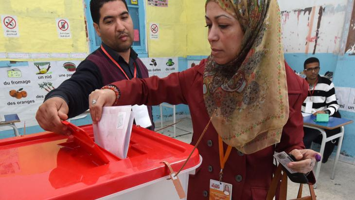 Wählerin bei der Stimmabgabe in einem Wahllokal in Tunis; Foto: Getty Images/Afp/Fadel Senna