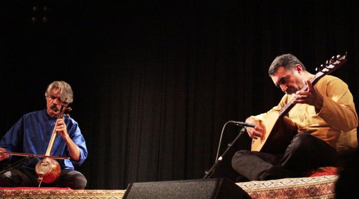 Das iranisch-türkische Duo Kayhan Kalhor (links im Bild) und Erdal Erzincan (hier auf einem Konzert beim 10. Morgenland Festival); Foto. Marian Brehmer