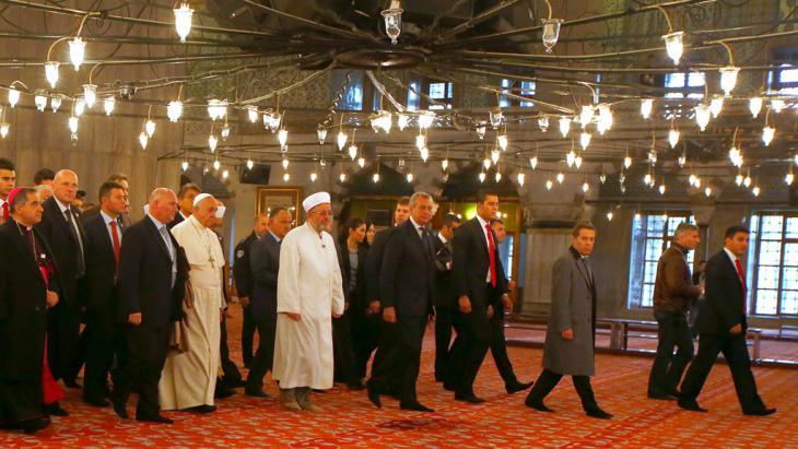 Der Papst besucht gemeinsam mit dem Mufti von Istanbul, Rahmi Yaran (m.), am 29.11.2014 die Blaue Moschee in Istanbul; Foto: Reuters/T.Gentile