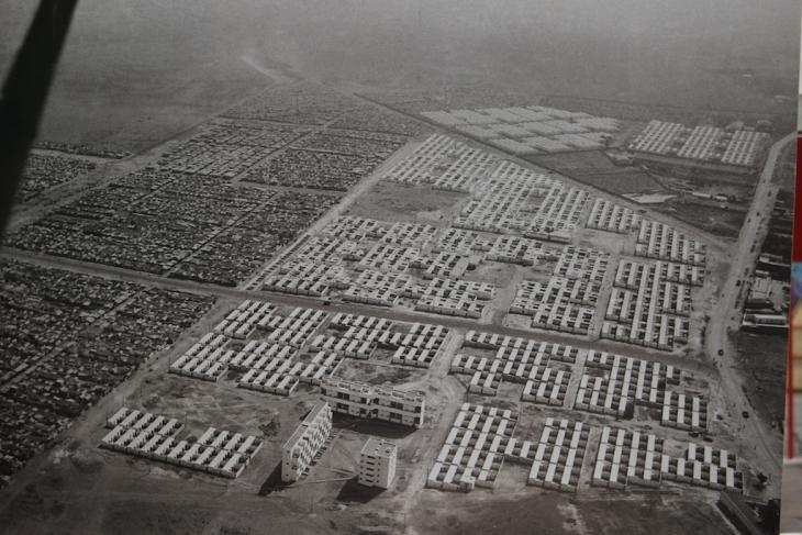 """Eine Luftaufnahme zeigt """"Bidonsvilles"""", die durch Neubausiedlungen aus staatlichen Wohnungsbauprojekten verdrängt werden; Foto: Susanne Kaiser"""