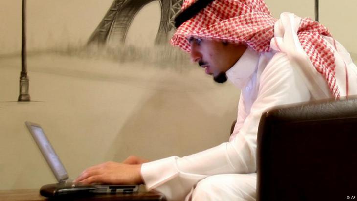 Junger saudischer Blogger in einem Internetcafé in Riad; Foto: AP