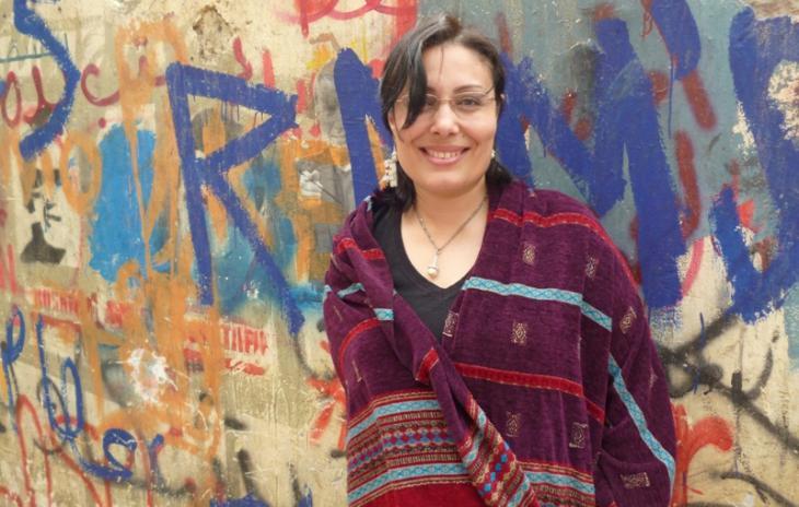 Die ägyptische Schriftstellerin Mansura Eseddin in der Mohammad-Mahmoud-Straße in Kairo; Foto: Arian Fariborz