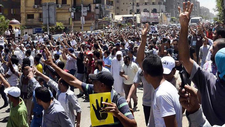 Anhänger der Muslimbruderschaft in Kairo demonstrieren gegen die Entmachtung Mohammed Mursis und das Massaker auf dem Rabia-Platz; Foto: dpa