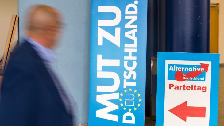 """Plakate auf dem Europaparteitag der """"Alternative für Deutschland"""" (AfD) in Erfurt; Foto: picture-alliance/dpa"""