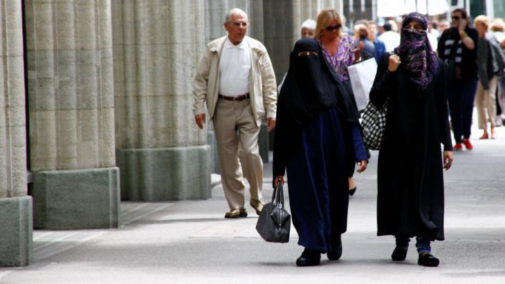 Burkaträgerinnen in Zürich; Foto: imago/Geisser