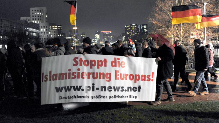 Pegida-Demonstranten in Düsseldorf; Foto: picture-alliance/dpa/Caroline Seidel