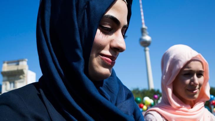 Musliminnen in der Nähe des Alexanderplatzes in Berlin; Foto: Carsten Koall/Getty Images