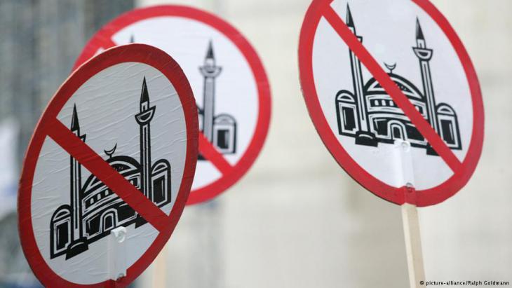 Schilder von Pro-Köln-Aktivisten gegen den Bau der Moschee in Köln-Ehrenfeldt; Foto: picture-alliance/Ralph Goldmann