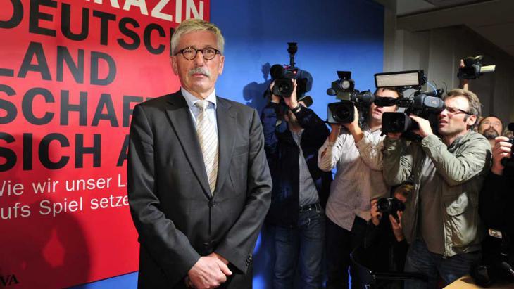 """Sarrazin bei seiner Buchvorstellung """"Deutschland schafft sich ab""""; Foto: AFP/Getty Images"""