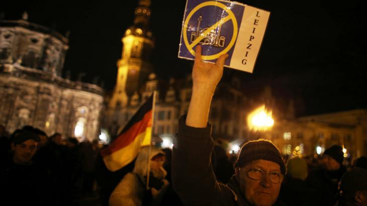 Ein Anhänger des «Pegida»-Bündnisses (Patriotische Europäer gegen die Islamisierung des Abendlandes) demonstriert am 22.12.2014 in Dresden; Foto: picture-alliance/dpa/Kay Nietfeld